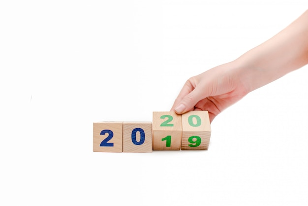 Ano novo 2019 mudar para 2020 conceito mão mudar cubos de madeira banner