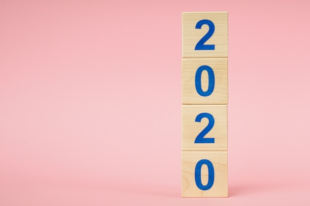 Ano novo 2020 conceito. cubo de madeira com número
