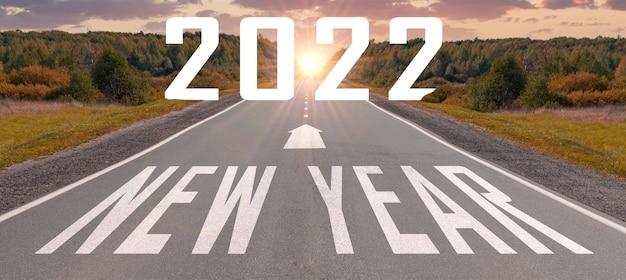 Ano novo 2022 em viagem de viagem e conceito de visão de futuro ano novo em estrada rural