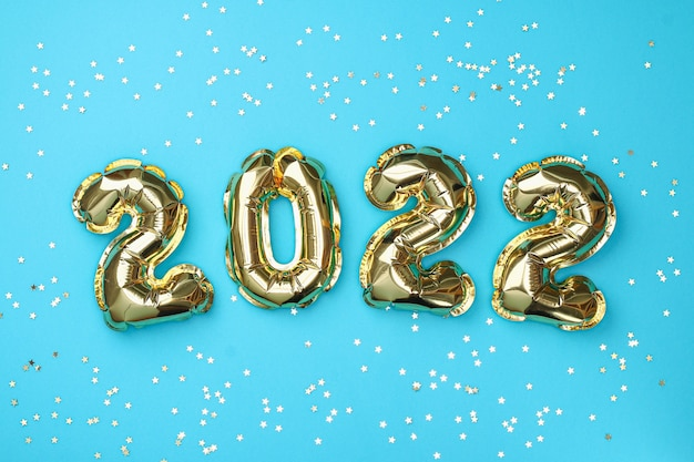 Ano novo 2022. os balões da folha numeram 2022 sobre fundo azul.