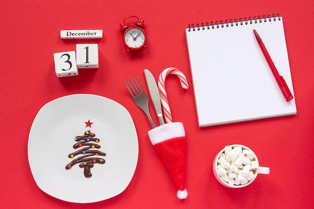 Ano novo calendário de composição 31 de dezembro. árvore de natal de chocolate doce no prato,
