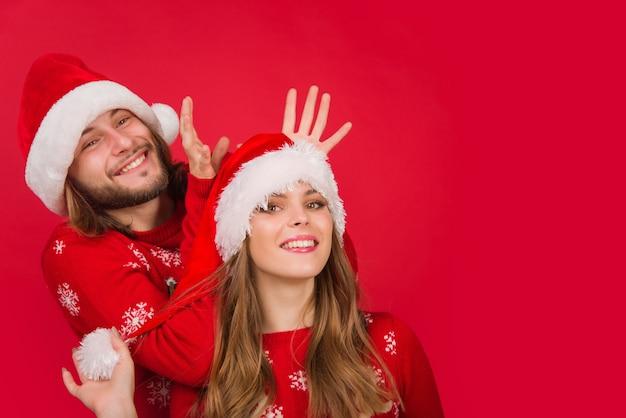 Ano novo casal feliz presentes de natal caixa de presente anunciando homem mostra relações de emoções de língua