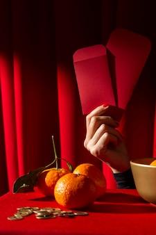 Ano novo chinês 2021 segurando envelopes vermelhos