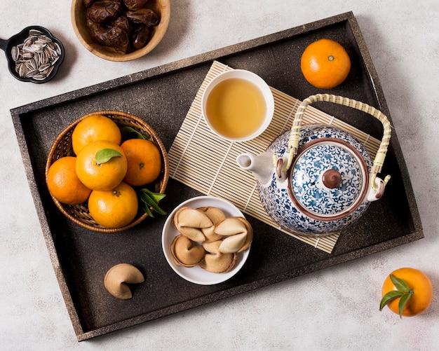 Ano novo chinês com bule de chá e tangerinas