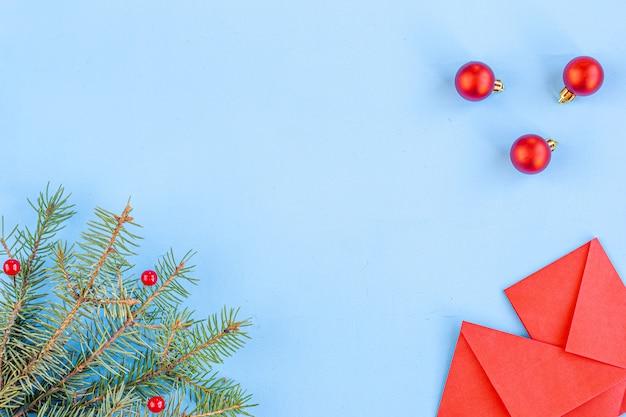 Ano novo chinês e ano novo lunar. ramos de abeto vermelho, envelopes com dinheiro no bolso. decorações de natal, especiarias em azul. posição plana, vista superior, copyspace