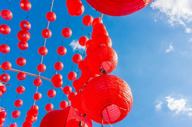 Ano novo chinês lanternas com céu azul