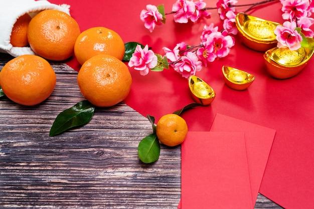Ano novo chinês laranja e oferecendo envelope vermelho, a tradução do texto aparece na imagem: prosperidade, rica e saudável