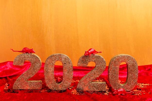 Ano novo chinês número dourado com estatuetas de rato