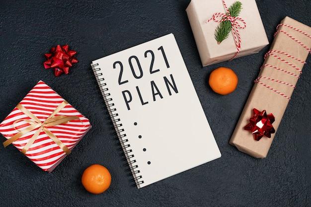 Ano novo com caderno de papel para anotações, muitas caixas de presente