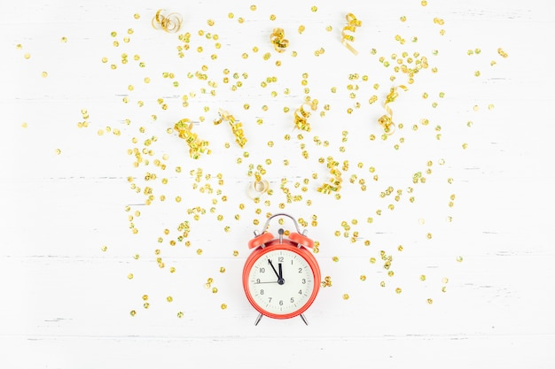 Ano novo composição despertador dourado confete