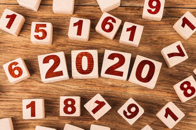 Ano novo conceito 2020 com cubos de madeira