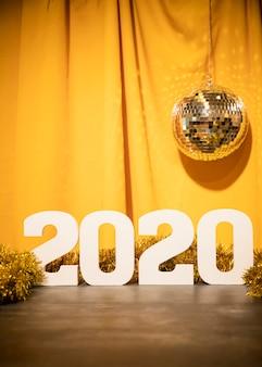 Ano novo de baixo ângulo datado número com globo de festa