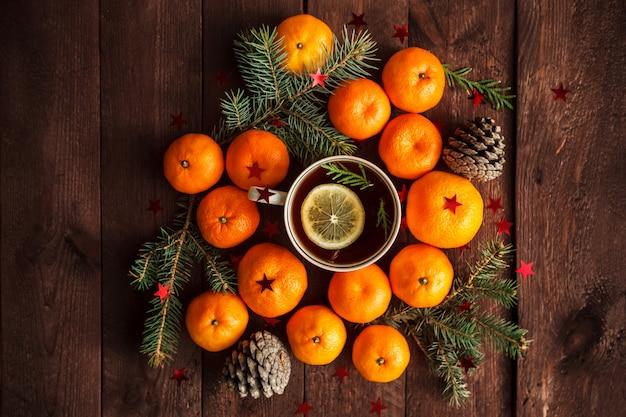 Ano novo de natal com tangerinas, chá e doces em cima da mesa. inverno ainda. foco seletivo.