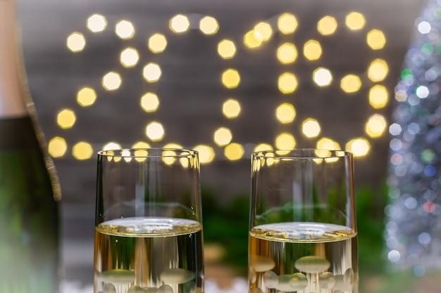 Ano novo decoração conceito-copo de champanhe no fundo borrado ano novo