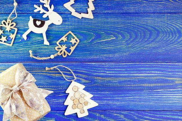 Ano novo, decoração de natal na mesa de madeira com copyspace. caixa de presente e decoração para saudação.