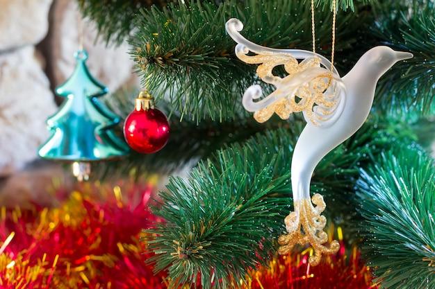 Ano novo e natal. árvore artificial decorada com brinquedos de perto