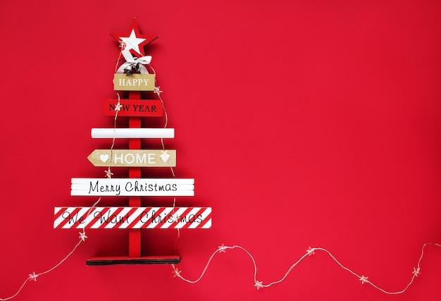 Ano novo e natal. árvore de natal abstrata de madeira em um fundo vermelho, horizontal, vista superior