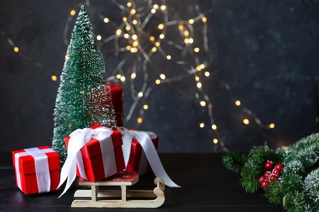 Ano novo e natal. brinquedos, presentes, árvore, trenó, guirlanda