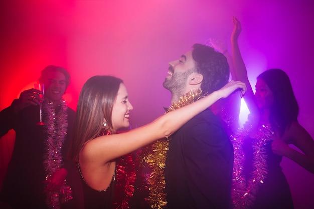 Ano novo festa do clube com casal