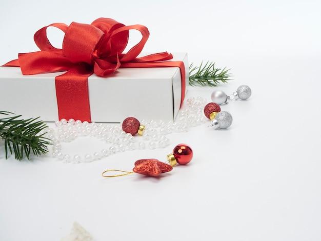 Ano novo festivo na superfície branca