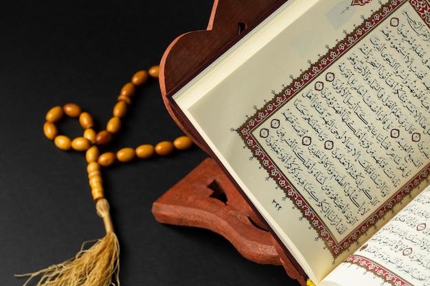 Ano novo islâmico de close-up com livro de alcorão