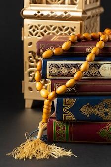 Ano novo islâmico de close-up com livros de alcorão