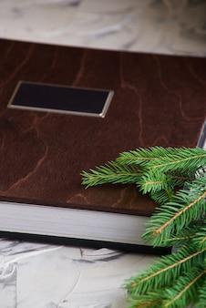 Ano novo. livro de família com tampa de madeira