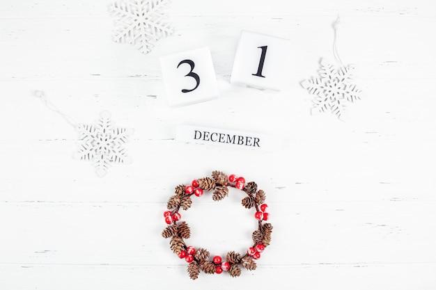 Ano novo ou natal plana colocar calendário de madeira. 31 de dezembro