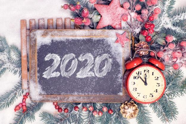 Ano novo plano leigos com 2020 no quadro-negro.