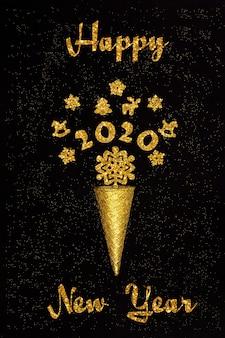 Ano novo texto. cone dourado do waffle com figuras decorações de 2020 e de natal, flocos de neve no fundo preto.