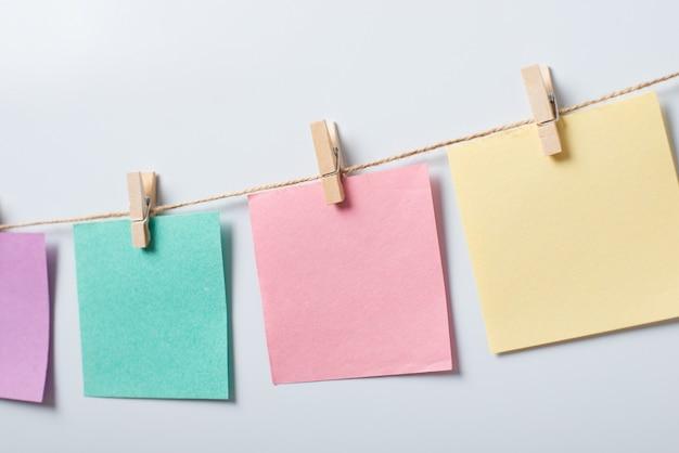 Anote papéis na linha contra um fundo branco