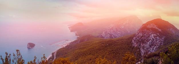 Antalya, turquia. pôr do sol no contexto de montanhas com vista para a costa do mar.