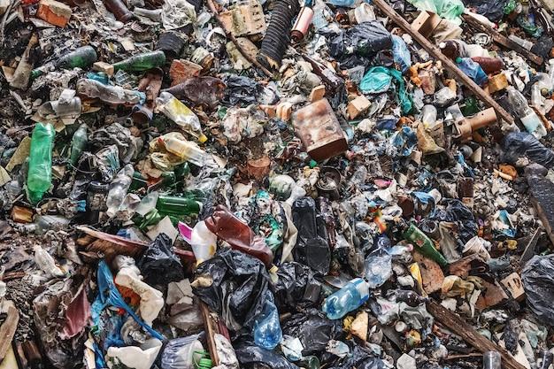 Antecedentes de resíduos de lixo com uma grande quantidade de embalagens usadas de produtos domésticos e alimentos.