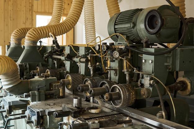 Antecedentes industriais - um fragmento de uma máquina para a fabricação de painéis de parede a partir de tábuas