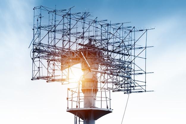 Antena da torre da telecomunicação no por do sol.