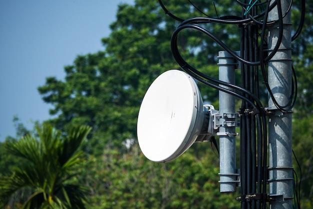 Antena de rádio de telecomunicação e torre de satélite