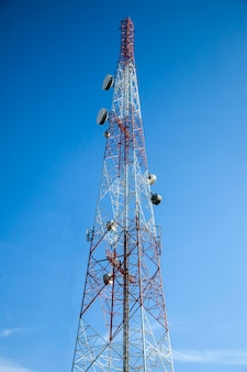 Antena de rádio de telecomunicações e superfície de céu azul da torre de satélite.