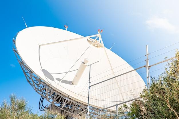Antena de satélite para receber e transmitir informações em ondas eletromagnéticas via satélites em órbita
