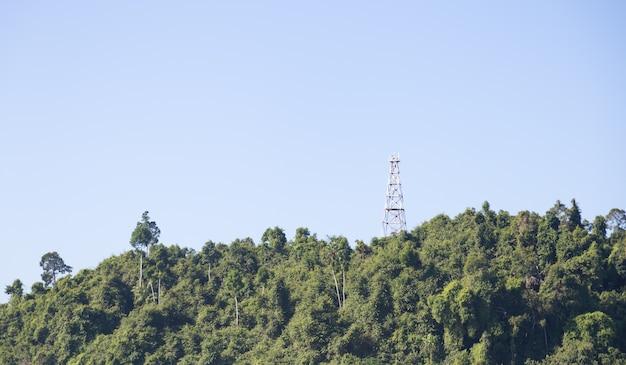 Antena de telefone na montanha