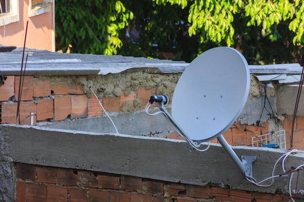 Antena de televisão na favela