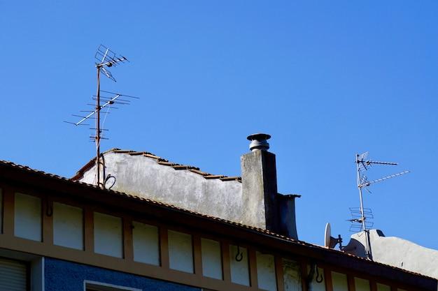 Antena de televisão no telhado