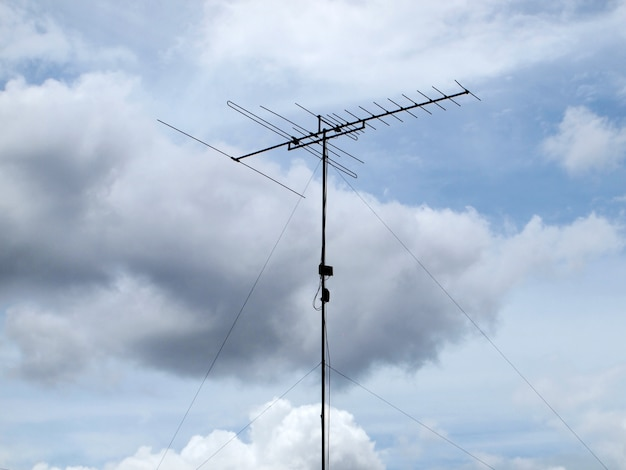 Antena de tv com fundo de céu azul
