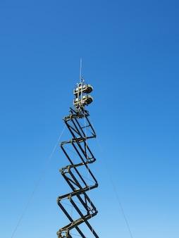 Antena direcional militar em um céu azul