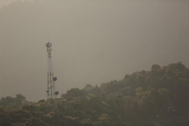 Antena do telefone na montanha com o nascer do sol