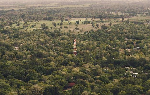 Antena no meio da selva na ásia