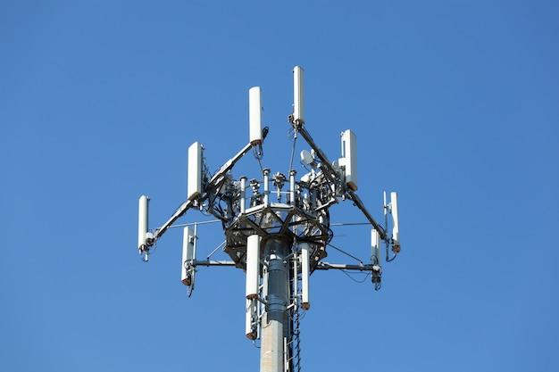 Antena para sinal de rede de telefonia móvel.