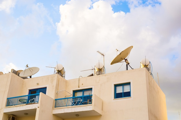 Antena parabólica com céu no telhado