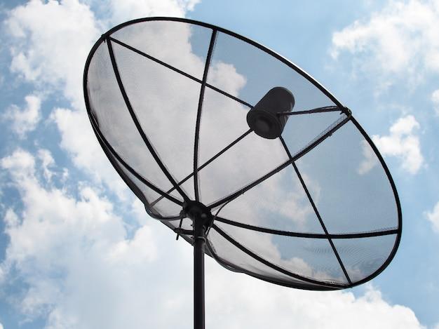 Antena parabólica grande da telecomunicação da antena com o fundo do céu.