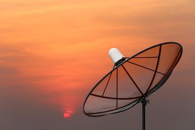 Antena parabólica preta.