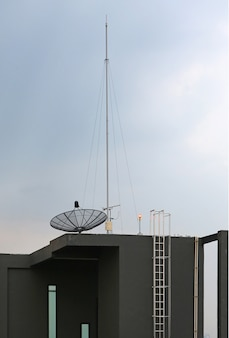 Antena parabólica uma antena no telhado do edifício